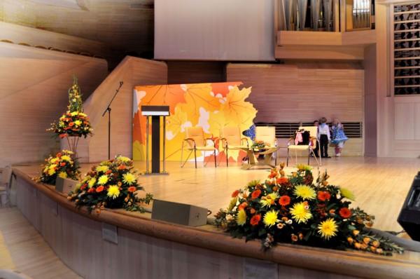 Фото оформление сцены живыми цветами